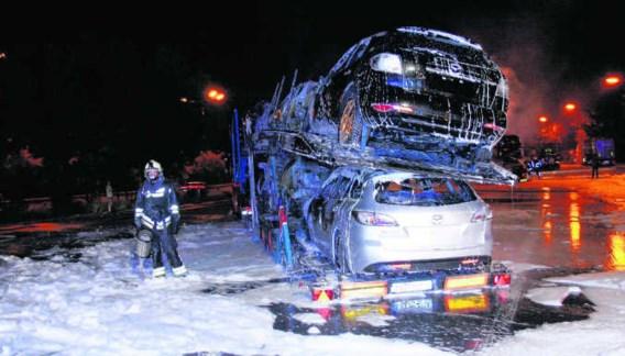 Maandagnacht zijn op een parking langs de E314 tussen Zonhoven en Zolder twee vrachtwagens met nieuwe auto's uitgebrand.Ralf Eicker
