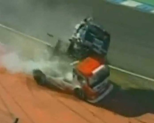 VIDEO: Truckrace eindigt in spectaculaire crash