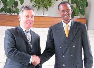 Karel De Gucht, in 2007 minister van Buitenlandse Zaken, met niets dan lof voor Paul Kagame. blg