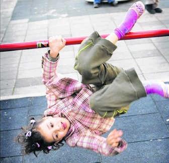 Op veel scholen wordt nu al geleerd hoe kinderen moeten rollen en vallen. Willem Mes