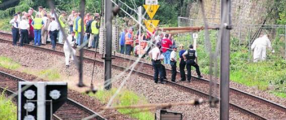 Politie en leden van dienst DVI (Slachtoffer Identificatie Eenheid) op de plek langs de spoorweg kort nadat het lichaam van de zevenjarige Stacy was gevonden.afp