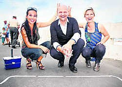Ann Van Elsen, Steph Goossens (die pas later meedoet) en Cara Van der Auwera van 'Vlaanderen vandaag'. vt4