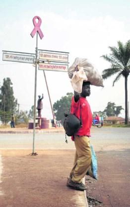 Aidspreventieborden in Kameroen.Joost van den Broek/Hollandse Hoogte