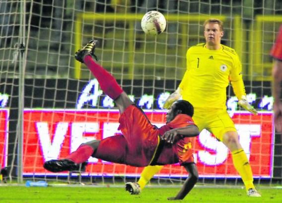 Romelu Lukaku probeert met een volley de Duitse doelman Manuel Neuer te verschalken.Eric Lalmand/belga