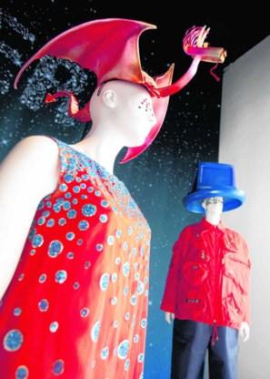 Stephen Jones' hoeden zijn snoepjes, zie je in het Modemuseum in Antwerpen. Thomas Vanhaute