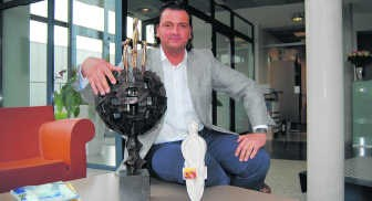 Jo Nelissen met de prijs voor Limburgse en Vlaamse ondernemer van het jaar. Ralph Gregoor