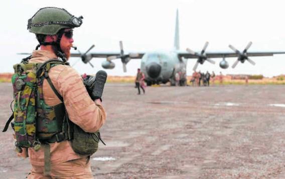 Een Belgische militair op de luchthaven van Kunduz, bij een Belgische C-130. Benoit Doppagne/belga
