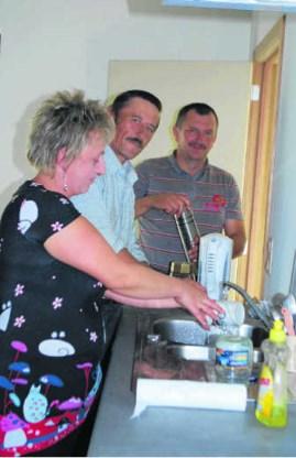 Poolse plukkers gebruiken de keuken van hun tijdelijke verblijf bij fruitboer Goffin in Sint-Truiden. els