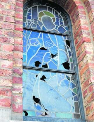 De stenen sloegen talrijke gaten in de glasramen. res