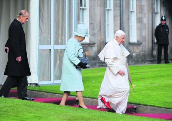 Paus Benedictus werd gisteren in Edinburgh ontvangen door de Britse koningin Elizabeth en haar echtgenoot prins Philip (l.). Claudio Onorati/afp