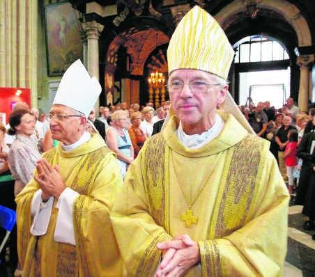 Bisschop Jozef De Kesel van Brugge ziet wat in gehuwde mannen als priester. blg