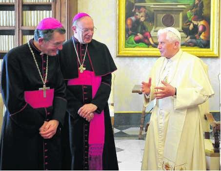 De Belgische bisschoppen Jousten en Léonard waren in mei nog op bezoek bij de paus. ap
