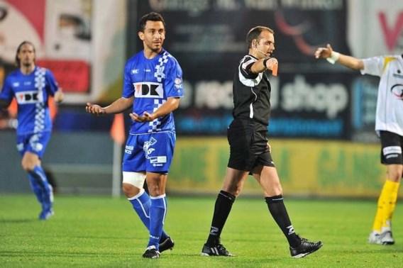 Azofeifa kijkt verbaasd naar scheidsrechter Boucaut nadat die hem na een licht contact een rode kaart onder de neus duwde.