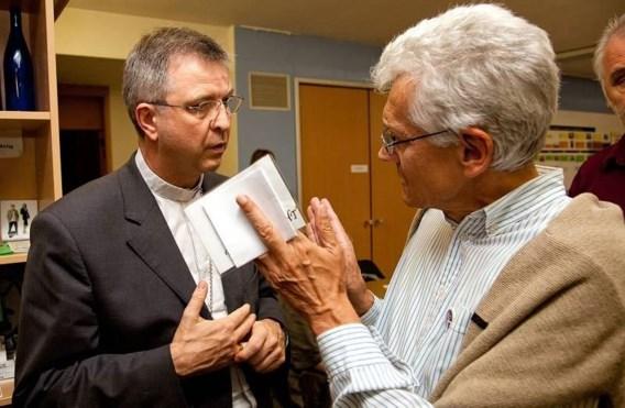 De Antwerpse bisschop Bonny in gesprek met Rik Devillé, initiatiefnemer van de bijeenkomst.