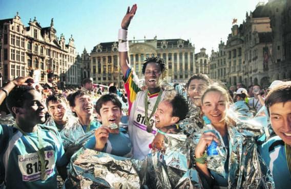 Het groepje van BON triomferend aan de eindstreep op de Brusselse Grote Markt. Uiterst links: Oesman, uiterst rechts: Hussein.Eric de Mildt