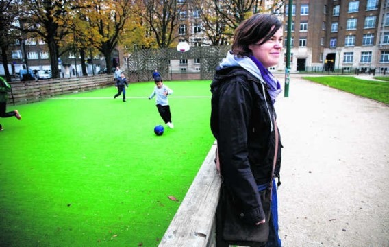 Straathoekwerker Astrid Loos op stap door 't Kiel, een van de Antwerpse wijken met het meest sociale woningen. Wim Kempenaers