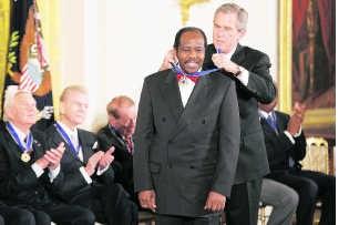 Paul Rusesabagina krijgt in 2005 een ereteken in de VS.epa