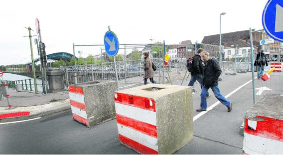 Het is afwachten wat er met de beschadigde Bospoortbrug zal gebeuren. Ondertussen zit het verkeer in de knoop.