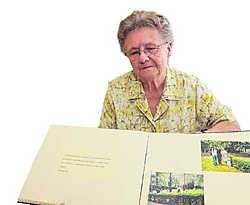 Paula met een fotoboek over het aangrijpende bezoek aan vaders graf: 'Hij ligt op een waardige manier begraven en mag er eeuwig blijven. Nu heb ik zelf ook rust.'wbk