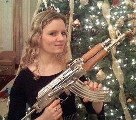 Dochter van legerchef poseert met kalasjnikov voor kerstboom