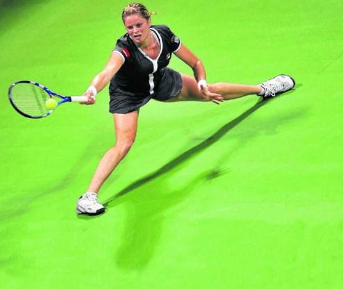 Kim Clijsters reikt naar de bal tijdens de finale van de Masters. Onze landgenote won in drie sets tegen Caroline Wozniacki: 6-3, 5-7 en 6-3. Stringer/epa