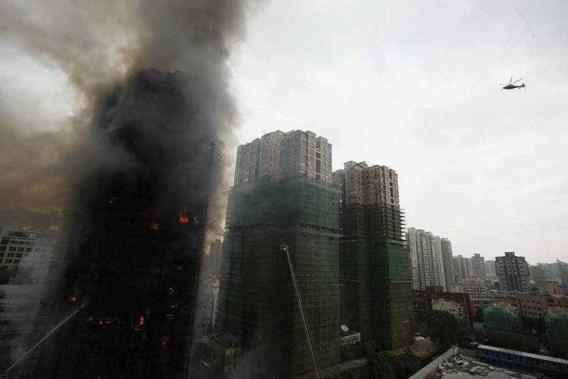 Dodentol na brand in wolkenkrabber Shanghai stijgt