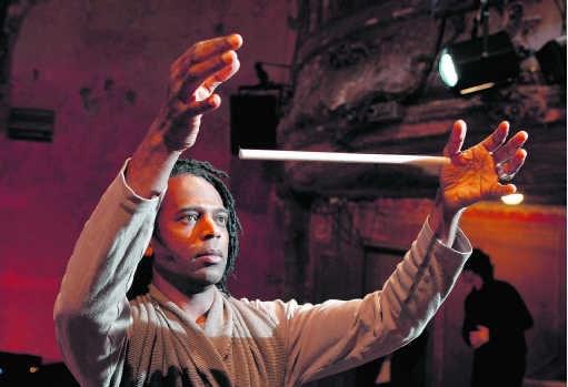 Een onooglijk stokje is afwisselend jongleerinstrument, wapen, slang en uiteindelijk toverfluit.Pascal Victor/ArtComArt