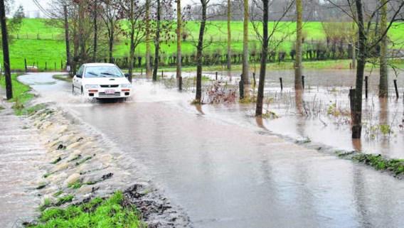 De Letterbeekstraat overstroomde tijdens het weekend. Gooik vindt een waterzuiveringsstation daar dan ook geen goed idee. rdb