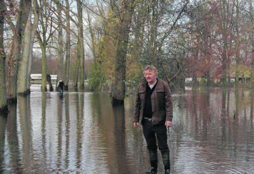 Boni Heylen kan alleen met laarzen aan naar de kinderboerderij. Hij had de Vlaamse overheid verscheidene keren gemeld dat er overstromingsgevaar dreigde.mph