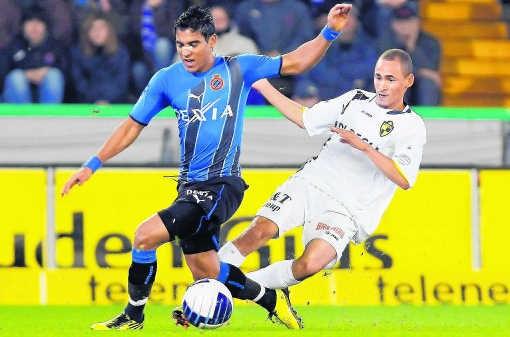 De Brugse crisis heeft geen vat op Roland Vargas (l.), dit seizoen al goed voor 12 doelpunten.bruno fahy/belga