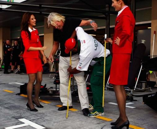Virginbaas Richard Branson mag stewardessenpakje aantrekken
