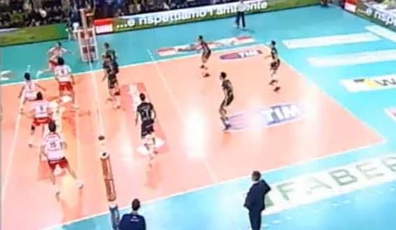 VIDEO: Volleyballer pakt uit met subliem hakje