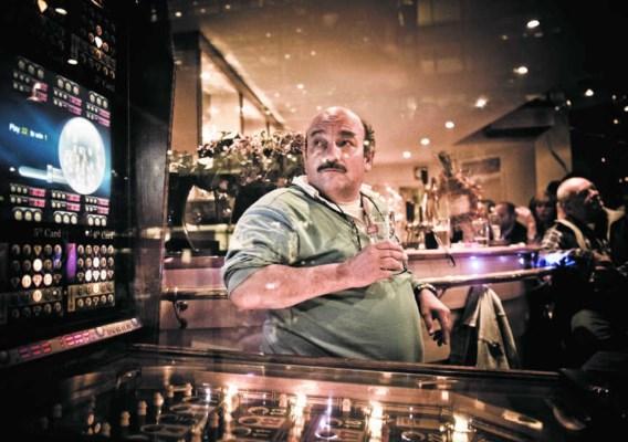 Dirk Martens in café The New Square. 'Neen, ik ben nooit expliciet gaan zeggen dat ik een loon bleef ontvangen. Maar ik was beschikbaar.'Jimmy Kets
