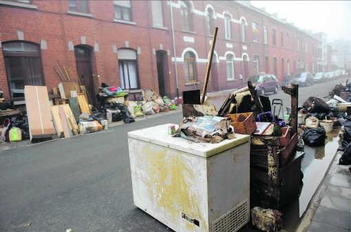 In het Waals-Brabantse Tubeke hebben de bewoners hun beschadigde huisraad op straat gezet.Philip Reynaers/photo news