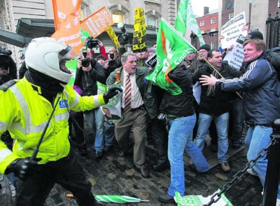 Nadat bekend werd dat Ierland noodsteun zal aanvaarden, werd de ambtswoning van premier Cowen belaagd door tientallen betogers.Peter Muhly/afp