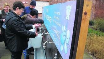 Bij het gemeentehuis in Niel kon aan kraantjes drinkbaar leidingwater worden geput.lkw