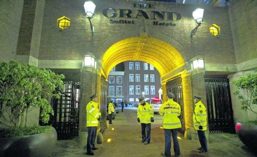 Politieagenten houden de wacht bij hotel The Grand in Amsterdam, waar de ouders worden ingelicht over kindermisbruik in een crèche.anp