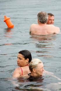 Ex-bokser Freddy De Kerpel is topfit en schrikt nergens voor terug... tot die gekke waterproef waarbij de kandidaten 'naakt aan elkaar worden vastgebonden'. gbr, vtm