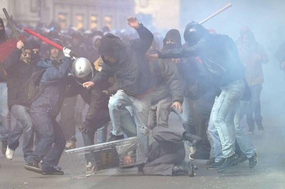 Rellen na aanblijven regering Berlusconi