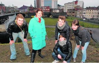 Schepen Leen Verbist (midden) met de jongeren van Generatie A. was