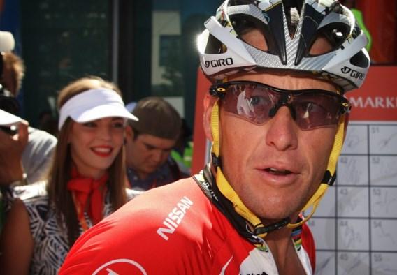 Lance Armstrong ziet af in het peloton