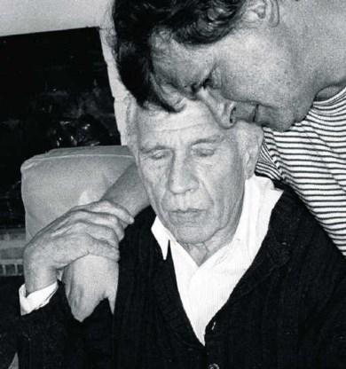 Gerard Reve en Joop Schafthuizen in hun woning in Machelen-aan-de-Leie in 1998. Hollandse Hoogte