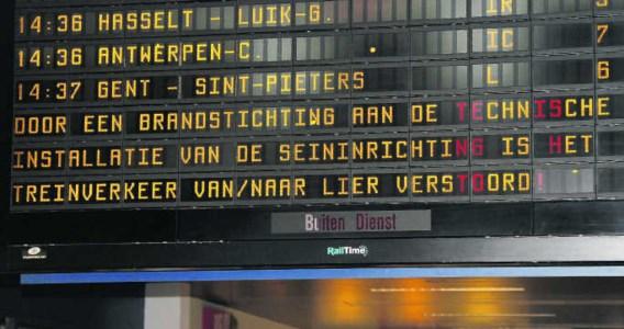 Door de brandstichting liep het treinverkeer van en naar Lier en Herentals ernstige vertraging op.ena