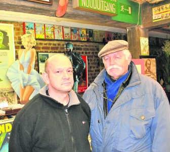 Michel Deligne met zijn zoon: 'Door het slechte weer bleven de klanten weg.' rdb