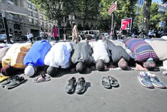 Biddende moslims in de Rue des Poissonniers in Parijs.Lucas Dolega/epa