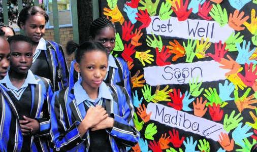 Scholieren wensen hun zieke 'Madiba' - zoals de Zuid-Afrikanen Mandela noemen - snelle beterschap.ap