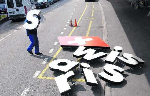 Maart 2002: Swissair is failliet, op de luchthaven van Zürich worden de kenletters vervangen door Swiss. epa