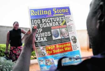19 oktober 2010. Een Ugandees leest de Rolling Stone met de foto van David Kato.ap