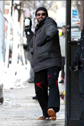 Hugh Jackman gooit sneeuwballen naar paparazzi