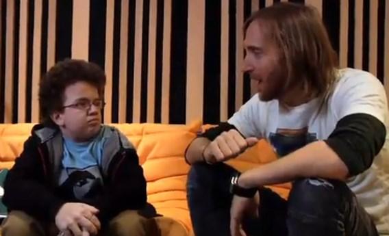 VIDEO: Internetster Keenan laat zich gaan met David Guetta